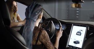 Modello nero X dell'automobile elettrica di Tesla nella sala d'esposizione di promozione stock footage
