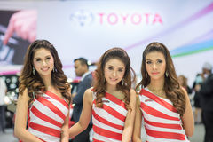 Modello non identificato con l'automobile di toyota all'Expo internazionale 2015 del motore della Tailandia Fotografia Stock