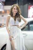 Modello non identificato con un'automobile all'Expo internazionale 2015 del motore della Tailandia Fotografia Stock
