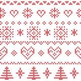 Modello nordico con i fiocchi di neve e gli alberi di natale ed ornamenti decorativi nel rosso Fotografie Stock