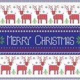 Modello nordico ispirato scandinavo blu scuro, rossi e verdi di Buon Natale con 2 file dello zoccolo della renna, fiocchi di neve Fotografie Stock Libere da Diritti