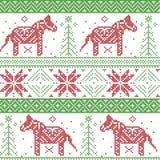 Modello nordico verde scuro e rosso di Natale con le stelle, fiocchi di neve, cavallo di stile di dala nel punto scandinavo dell' Fotografie Stock