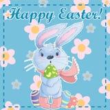 Modello Pasqua felice della cartolina di saluto con il coniglietto sveglio del fumetto che tiene le uova di Pasqua su un fondo ve Fotografie Stock