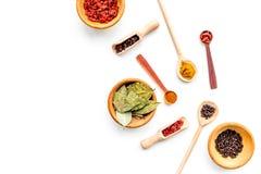 Modello per il disegno del menu Spazio vuoto vicino ai mestoli ed ai cucchiai con le spezie, ciotole con il goji, foglia di allor Fotografia Stock Libera da Diritti