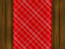 Modello per il vostro disegno La tovaglia rossa è su una tavola di legno Immagini Stock Libere da Diritti