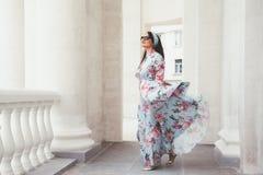 Modello più di dimensione in vestito floreale fotografia stock libera da diritti
