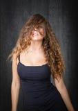 Modello piacevole con capelli sul fronte fotografie stock libere da diritti