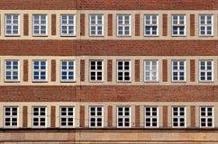 Modello piano anteriore classico della facciata della casa dal mattone rosso con briciolo Fotografie Stock
