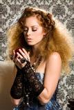 Modello redheaded alla moda con la mela Immagini Stock