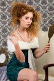 Modello redheaded alla moda con lo specchio antico Immagine Stock Libera da Diritti