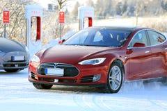 Modello rosso commovente S Electric Car di Tesla nella neve di inverno Immagine Stock