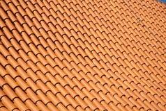 Modello rosso luminoso reale delle mattonelle di tetto fotografie stock