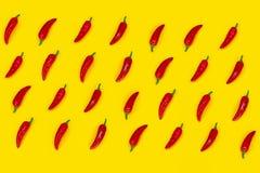 Modello rovente dei peperoncini su fondo giallo Disposizione piana fotografia stock