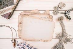 Modello rustical di stile d'annata con il foglio di vecchia carta in bianco su una struttura di legno Fotografia Stock Libera da Diritti