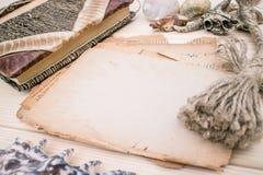 Modello rustical di stile d'annata con il foglio di vecchia carta in bianco su una struttura di legno Fotografia Stock