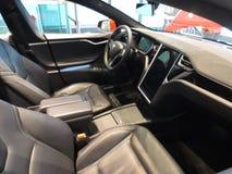 Modello S di Tesla Automobile elettrica di carico Fotografia Stock Libera da Diritti