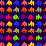 Modello senza cuciture astratto con gli elefanti sulla viola illustrazione di stock
