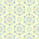 Modello senza cuciture beige floreale Fondo beige con le progettazioni blu-chiaro e verdi del fiore Illustrazione Vettoriale