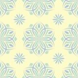Modello senza cuciture beige floreale Fondo beige con le progettazioni blu-chiaro e verdi del fiore Fotografie Stock Libere da Diritti