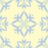 Modello senza cuciture beige floreale Fondo beige con le progettazioni blu-chiaro e verdi del fiore Fotografie Stock