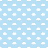 Modello senza cuciture blu-chiaro con le nuvole bianche semplici Immagine Stock Libera da Diritti