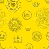 Modello senza cuciture con differenti corone stilizzate e pietre preziose su fondo giallo Progettazione grafica lineare elegante Immagine Stock