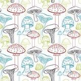 Modello senza cuciture con differenti funghi disegnati a mano su fondo bianco Fotografia Stock Libera da Diritti