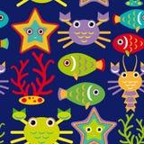 Modello senza cuciture con gli animali marini su un fondo blu scuro Fotografia Stock Libera da Diritti