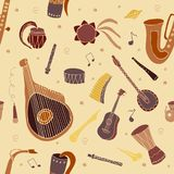 Modello senza cuciture con gli strumenti di musica tradizionali disegnati a mano illustrazione di stock