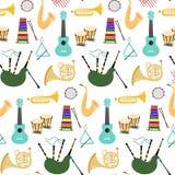 Modello senza cuciture con gli strumenti musicali sui precedenti bianchi royalty illustrazione gratis