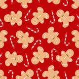 Modello senza cuciture con i biscotti e la caramella casalinghi dell'uomo di pan di zenzero di Natale tradizionale su fondo rosso Immagini Stock Libere da Diritti
