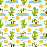 Modello senza cuciture con i coccodrilli di verde del fumetto, le palme, il sole, le nuvole, il mare e la sabbia Immagini Stock