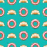 Modello senza cuciture con i croissant e le guarnizioni di gomma piuma realistici Immagine Stock Libera da Diritti