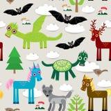 Modello senza cuciture con i draghi divertenti, pipistrelli, unicorno, cavallo, cervo, uccello, lupo Vettore Immagini Stock