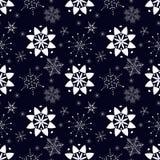 Modello senza cuciture con i fiocchi di neve bianchi su fondo blu scuro royalty illustrazione gratis