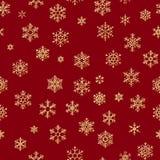 Modello senza cuciture con i fiocchi di neve dorati su fondo rosso per le feste del nuovo anno o di Natale ENV 10 royalty illustrazione gratis
