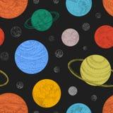 Modello senza cuciture con i pianeti ed altri corpi celesti nello spazio cosmico Contesto con gli oggetti cosmici disegnati a man illustrazione vettoriale