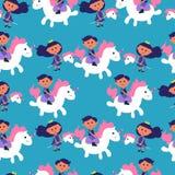 Modello senza cuciture con l'illustrazione sveglia di vettore di principessa e dell'unicorno su fondo blu Illustrazione variopint royalty illustrazione gratis