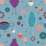 Modello senza cuciture con l'uccello, le fragole, una tazza di tè e gli elementi floreali Fotografie Stock