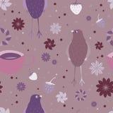 Modello senza cuciture con l'uccello, le fragole, una tazza di tè e gli elementi floreali Immagine Stock
