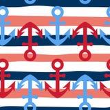 Modello senza cuciture con le ancore sul fondo a strisce marino bianco e blu di rosso, Progettazione nautica sveglia e semplice Fotografia Stock