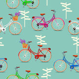 Modello senza cuciture con le biciclette d'annata su fondo verde Illustrazione di vettore Fotografie Stock