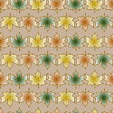Modello senza cuciture con le foglie del modello mapleseamless con le foglie di acero su un fondo beige Fotografie Stock Libere da Diritti