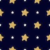 Modello senza cuciture con le stelle bianche e dorate disegnate a mano su un fondo scuro Immagini Stock Libere da Diritti
