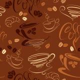 Modello senza cuciture con le tazze di caffè, fagioli, croissan Fotografie Stock Libere da Diritti