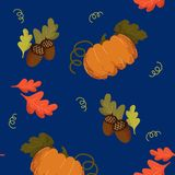Modello senza cuciture con le zucche, le ghiande e la prateria arancio della quercia di autunno illustrazione di stock