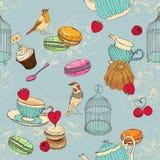 Modello senza cuciture con tè, gabbia, caffettiera, tazza, gelatina, ciliegia, bacca, maccherone, fragola, cucchiaio, uccello, fi Immagini Stock