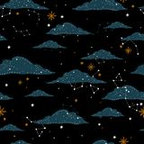 Modello senza cuciture con un cielo notturno delle stelle e delle costellazioni della nuvola Fondo disegnato a mano dell'illustra illustrazione vettoriale
