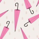 Modello senza cuciture degli ombrelli rosa con la goccia di pioggia Immagini Stock