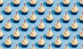 Modello senza cuciture del bigné di compleanno immagini stock libere da diritti